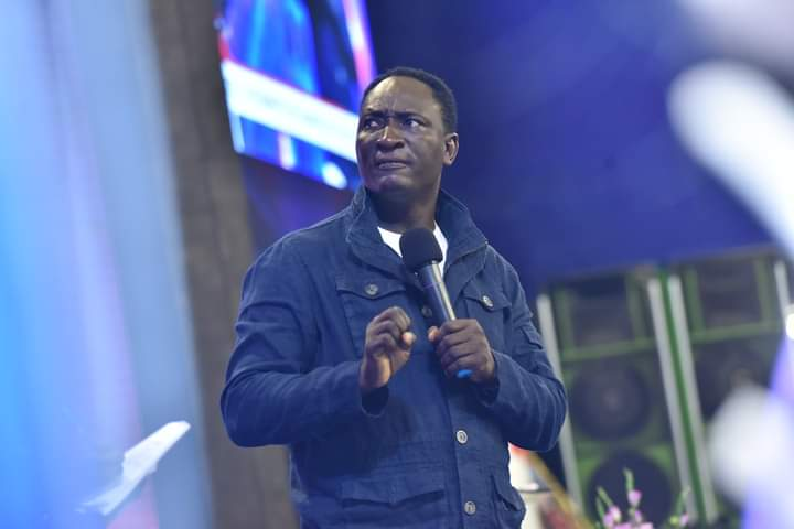 Pastor Jeremiah Fufeyin during ministration 5ominds